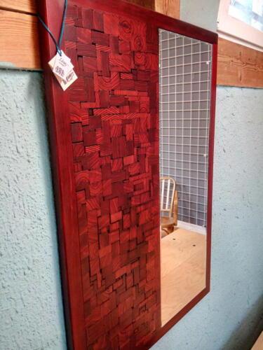 A12, elegantní dřevěné jasanové zrcadlo, vyskládané kostičky , mořené, přelakované - červená barva, d - 71 cm, v -103 cm - 2600 Kč
