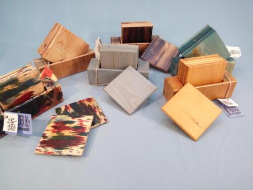 T1, barevné dřevěné podtácky - 10 x 10 cm, v dřevěné krabičce je 6 ks - jedno balení - 250 Kč