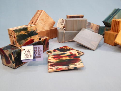T1 , dřevěné podtácky - sv. šedá, žlutá, tyrkys, opálené dřevo, přírodní dřevo, barevné  - oblíbené u dětí