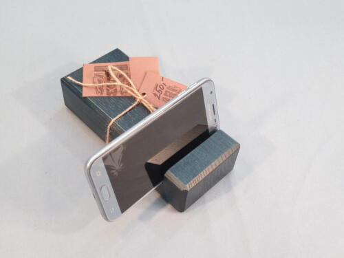 M6, dřevěný stojan na mob. telefon, dobrá manipulace, smrk - barva tmavě modrá - 250 Kč